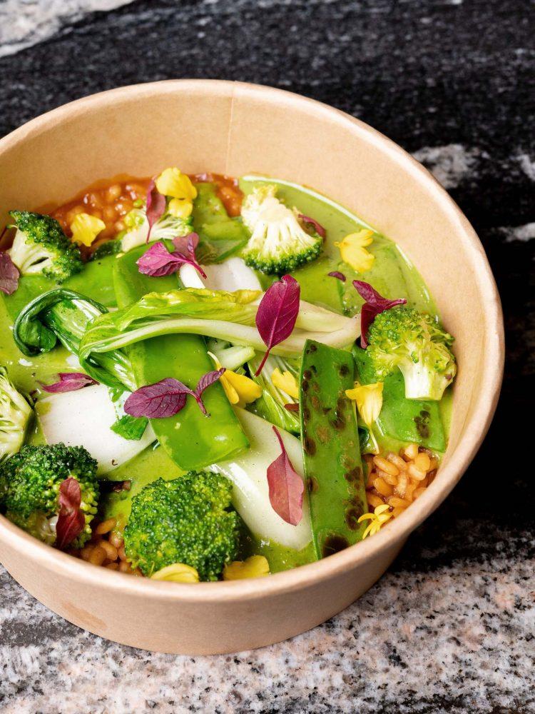 Arroz con curry verde de verduras, pack choi y cilantro