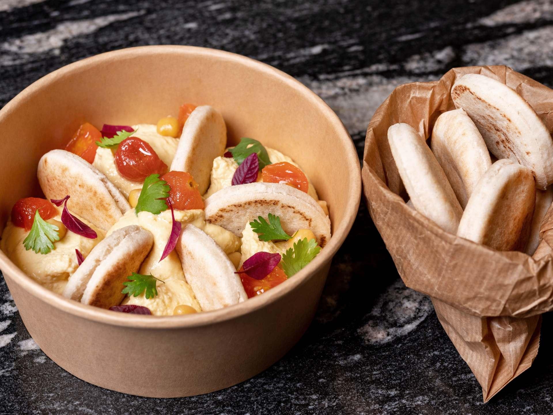 Hummus, aceite de oliva y pan pita mini