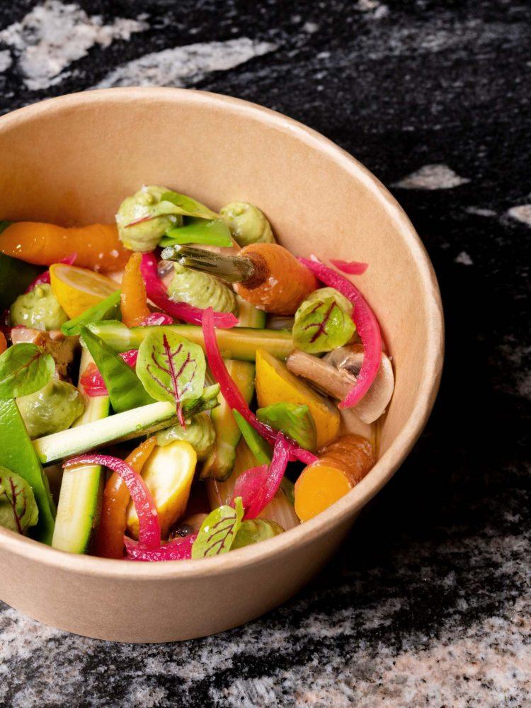 Menestra de verdura de temporada con Mojo picón verde de aguacate, cilantro y comino