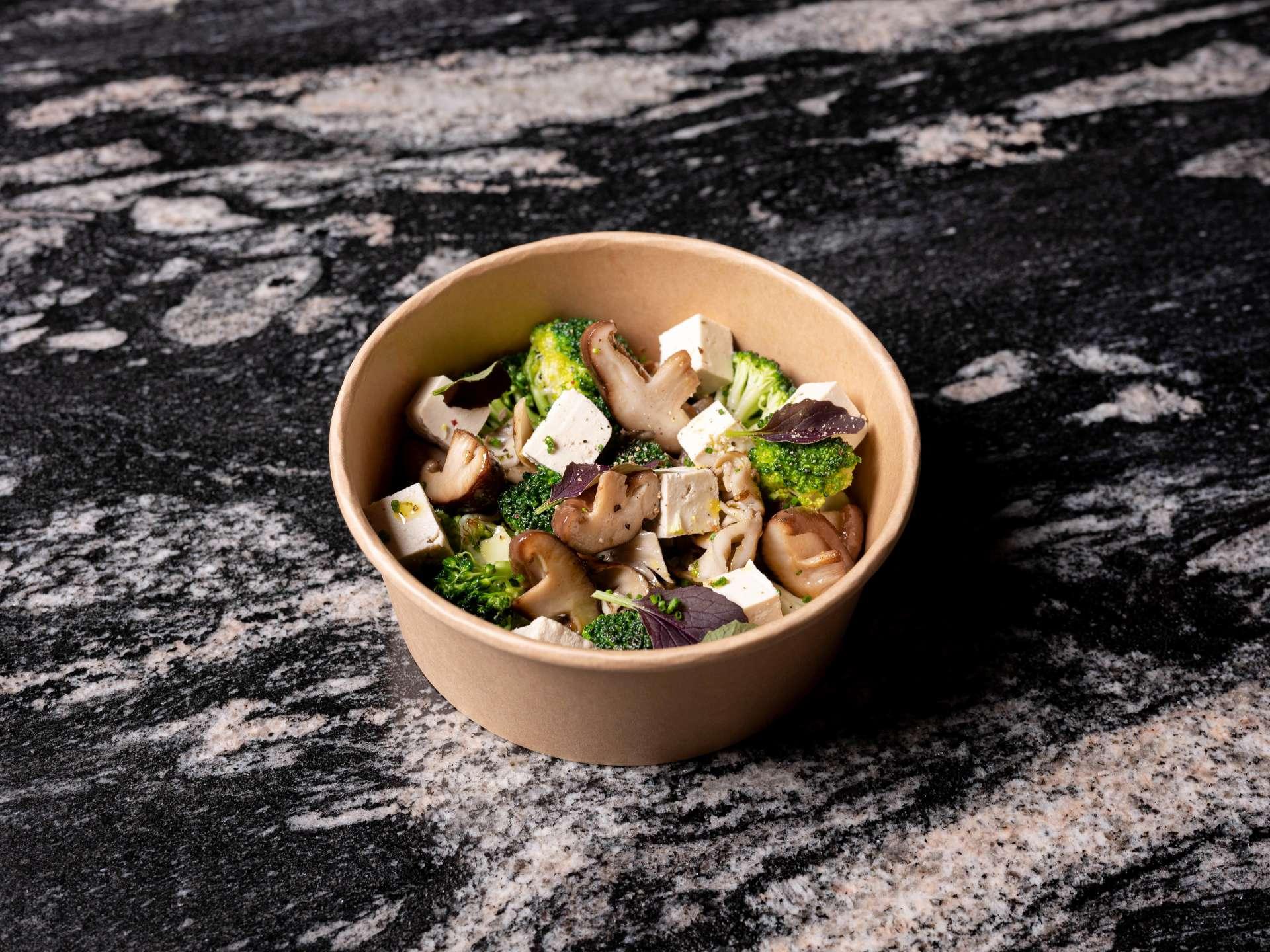 Wok de setas de setas de cultivo, crucíferas y Tofu recién hecho