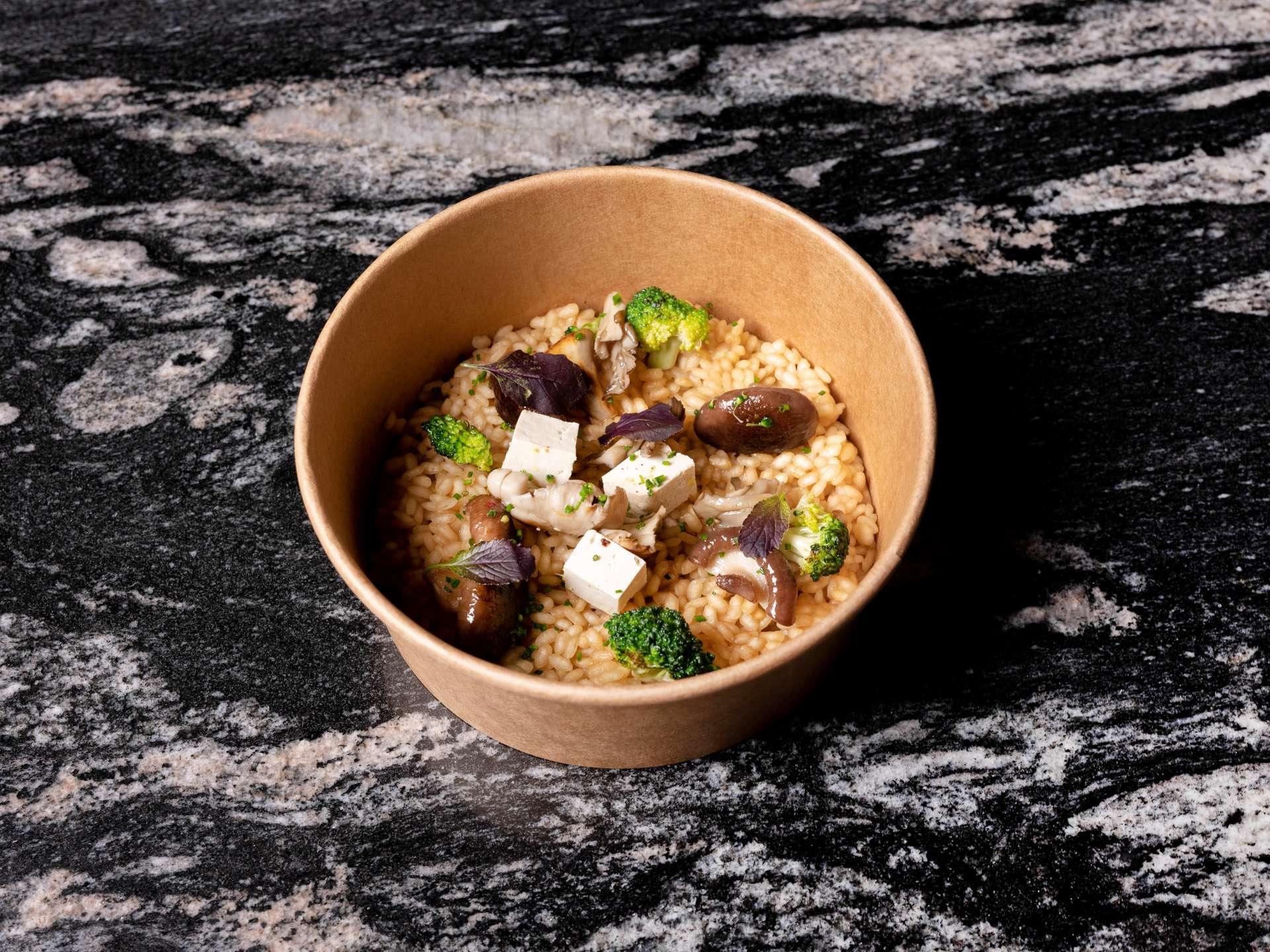 Arroz con wok de setas de cultivo, crucíferas y brote de mostaza